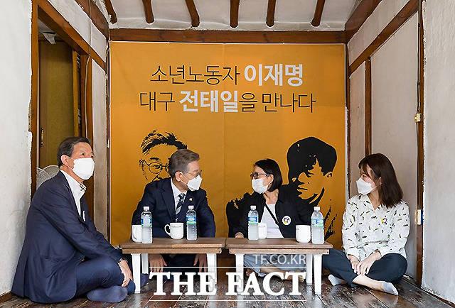 이 지사가 이재동 전태일과 친구들 이사장, 전순옥 전 의원 등과 대화를 나누고 있다.