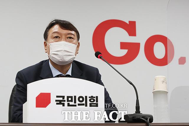 윤석열 대선 예비후보가 30일 국민의힘에 전격 입당했다. 입당원서를 제출한 뒤 기자들과 질의응답하는 윤 전 총장. /이선화 기자