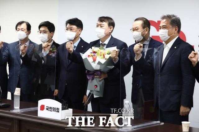 지난달 30일 윤석열 전 검찰총장이 여의도 국민의힘 당사에서 입당원서를 제출한 뒤 권영세 대외협력위원장, 의원들과 기념촬영을 하는 모습. /이선화 기자