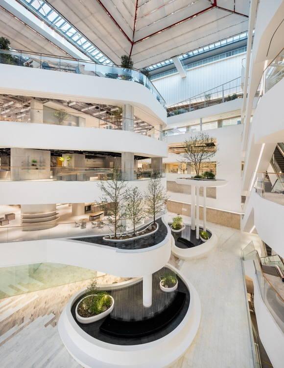 백화점업계의 매장 구성 전략이 달라지고 있다. 사진은 더현대 서울 워터폴가든 전경. /현대백화점 제공