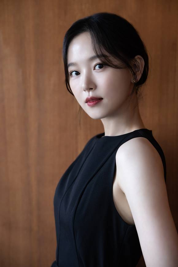 강한나는 최근 종영한 tvN 간 떨어지는 동거에서 양혜선 역을 맡아 열연을 펼쳤다. 그는 인간이 된 전직 구미호로 화려한 비주얼에 반전 매력까지 갖춘 인물로 극의 활력을 더했다. /키이스트 제공