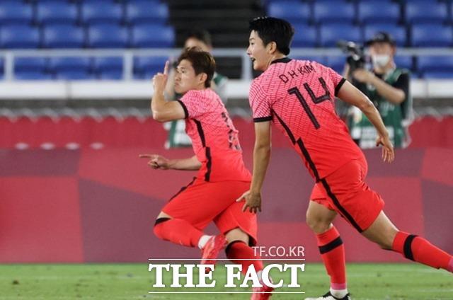 2020 도쿄올림픽 남자축구 8강전 대한민국과 멕시코의 경기 전반전, 이동경이 동점골을 넣고 기뻐하고 있다. /요코하마=AP.뉴시스