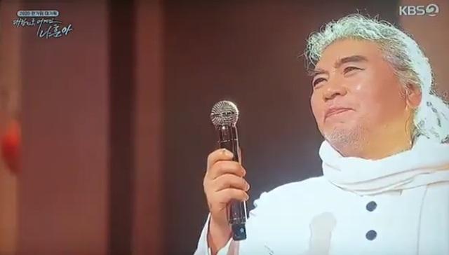 나훈아는 공연장에서 표정과 말, 제스처까지 모든 장면을 연출해 표현하는 것으로 유명하다. 지난해 9월30일 KBS2 대한민국 어게인 나훈아에서 그가 언급한 말들은 코로나에 지친 국민들에게 정치권을 향한 시원한 사이다 발언으로 공감을 얻었다. /대한민국 어게인 나훈아 방송 캡쳐
