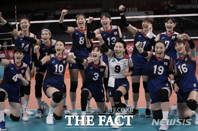 여자 배구 대표팀이 A조 4차전 일본과 경기에서 풀세트 접전 끝에 세트스코어 3대2로 승리하며 8강 진출을 확정지었다. /도쿄=AP·뉴시스