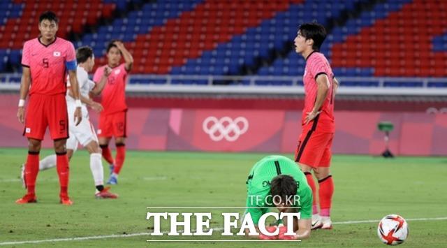 대한민국과 멕시코의 8강전 전반전, 멕시코 로모에게 골을 허용한 대한민국 골키퍼 송범근이 아쉬워 하고 있다. /요코하마=뉴시스