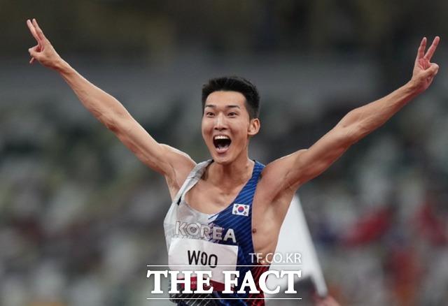 육상 국가대표 우상혁이 1일 오후 도쿄 올림픽스타디움에서 열린 2020 도쿄올림픽 남자 높이뛰기 결승전 경기에서 2.35m에 성공하며 한국 신기록을 세우고 있다. /도쿄=AP.뉴시스