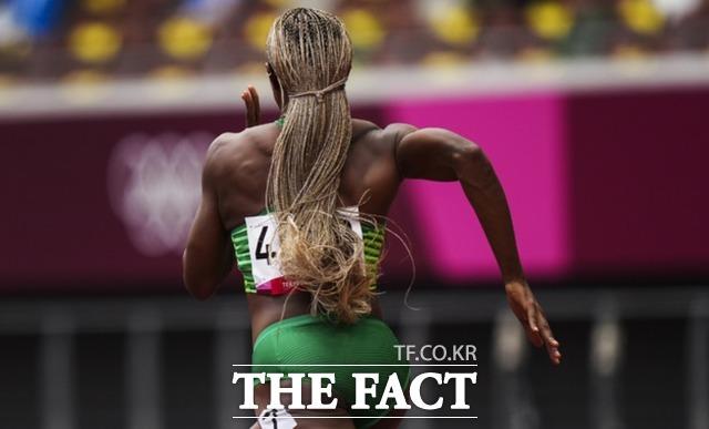 잠비아의 로다 은조부가 7월 30일 올림픽 여자 100m 예선에서 뛰고 있다. /도쿄=AP.뉴시스