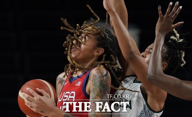 미국의 브리트니 그리너가 일본 사이타마에서 7월 27일 열린 올림픽 여자 농구 예선 경기에서 나이지리아 팔라스 쿠나이 아크파나를 제치고 슛을 시도하고 있다. /도쿄=AP.뉴시스
