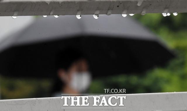 전국 곳곳에 비가 내리는 지난달 15일 오전 서울 영등포구 여의도 일대에서 우산을 쓴 시민들이 발걸음을 재촉하고 있다. / 남용희 기자
