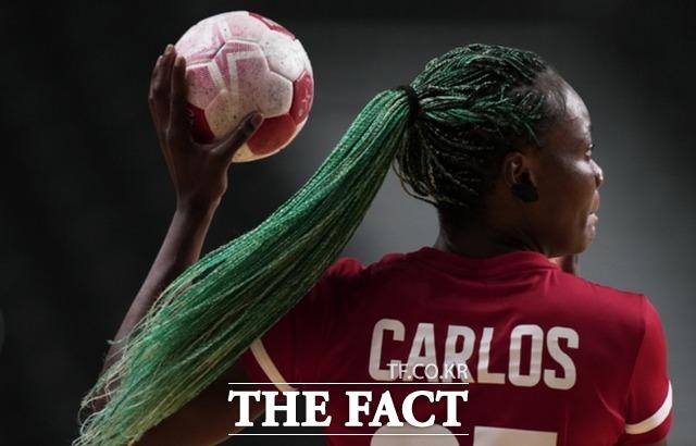 앙골라의 아제나이드 카를로스가 7월 29일 네덜란드와 앙골라의 A조 핸드볼 여자 예선 경기에서 볼을 던지고 있다. /도쿄=AP.뉴시스