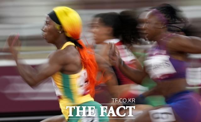 자메이카의 쉘리 앤 프레이저 프라이스가 7월 31일 도쿄에서 여자 100m 준결승에 출전하고 있다. /도쿄=AP.뉴시스