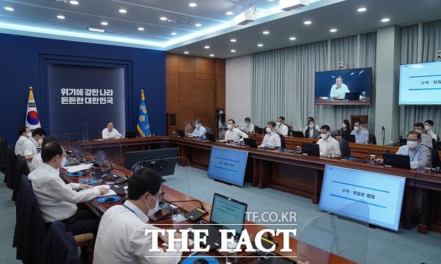 문재인 대통령이 2일 청와대에서 열린 수석·보좌관회의를 주재하고 있다. /청와대 제공