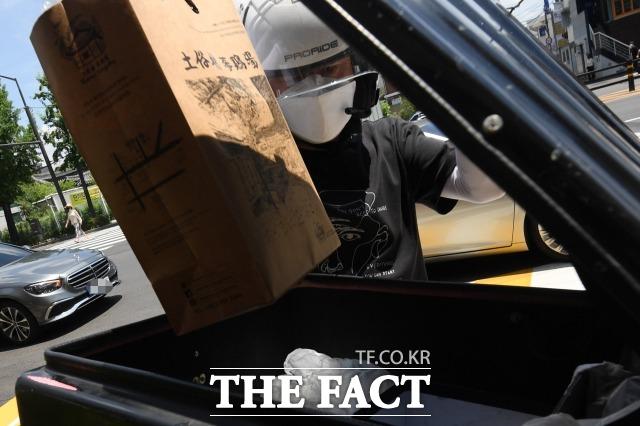 중복인 21일 오후 서울 종로구의 한 삼계탕 전문점 앞에서 라이더가 배달할 음식을 싣고 있다. 사진은 기사 내용과 아무 관련없음. /남용희 기자