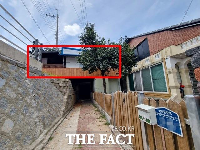 전북 정읍시 상동의 한 하천 제방 위에 세워진 불법 건축물.(빨간색 사각형) /정읍=이경민 기자