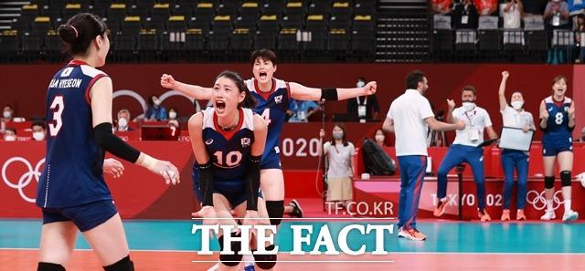 한국 여자배구 대표팀은 4일 일본 도쿄 아리아케아레나에서 열린 배구 여자 8강 경기에서 터키에 세트스코어 3-2로 승리하며 45년 만의 메달 획득에 한 걸음 다가섰다. /도쿄=뉴시스