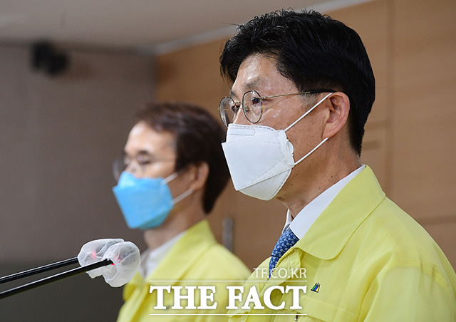 노형욱 국토교통부 장관(오른쪽)이 10일 오전 서울 종로구 정부서울청사에서 건축물 해체 공사 안전 강화 및 불법 하도급 차단 방안에 대해 발표하고 있다. /임영무 기자