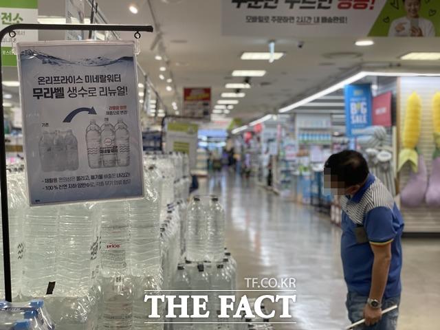 ESG 경영이 핵심 가치로 떠오르면서 식품업계에서도 라벨이나 플라스틱 용기를 제거한 친환경 제품이 잇따라 출시되고 있다. /문수연 기자