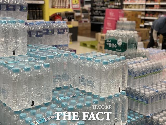 농심, 롯데칠성음료부터 대형마트까지 잇따라 무라벨 생수 제품을 출시하고 있다. /문수연 기자