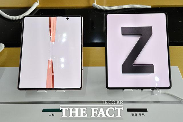전작인 갤럭시Z폴드2(왼쪽)와 나란히 놓은 폴드3.