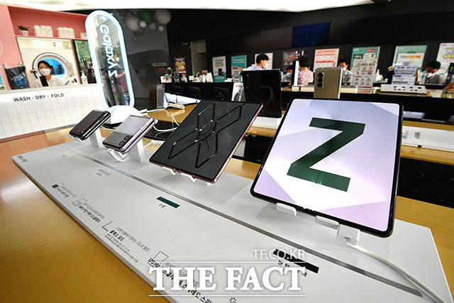 새로 공개된 갤럭시Z3플립과 폴드3를 전작과 함께 진열해 봤다. 왼쪽부터 Z플립2와 플립3, 폴드2와 폴드3 모델.