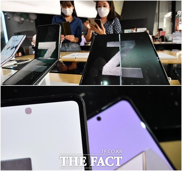 삼성전자의 새 폴더블폰 갤럭시Z폴드3와 Z플립3가 12일 오후 서울 종로구 광화문 KT스퀘어에 전시돼 고객들의 눈길을 끌고 있다. 이번 신제품에서 가장 눈에 띄는 부분은 Z폴드3에 최초로 적용된 언더디스플레이카메라(아래 사진) 기술이다. /남윤호 기자