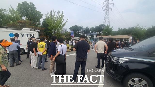 13일 오전 7시45분께 이재용 삼성전자 부회장의 가석방을 앞두고 수많은 취재진이 서울구치소를 찾았다. /의왕=정용석 기자