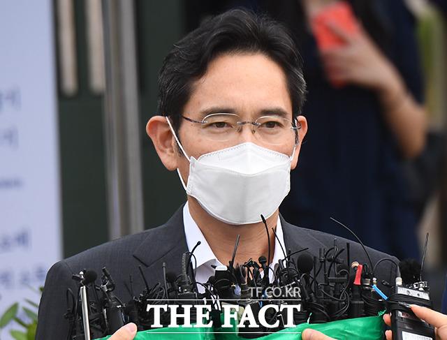 이재용 삼성전자 부회장이 지난 1월 국정농단 사건 파기환송심에서 2년6개월의 실형을 선고받고 재수감된 지 207일 만에 가석방으로 출소했다. /의왕=이동률 기자