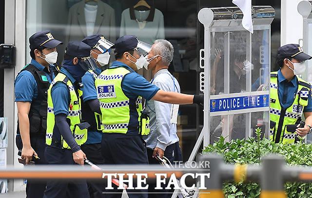 광화문 진입로에서 한 남성이 경찰과 대치하고 있다.