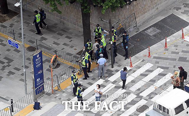 곳곳에서는 경찰과 대치하는 시민들이 보이고 있다.