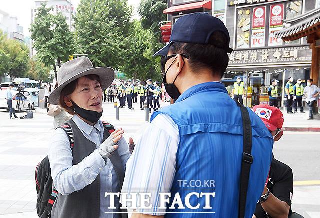 광복절 연휴 첫날인 14일 서울 곳곳에서 보수단체의 집회가 예고된 가운데, 주옥순 엄마부대 대표가 종각 탑골공원 일대에서 1인 걷기 시위에 참여한 일부 시민들과 모여 대화를 나누고 있다. /이새롬 기자
