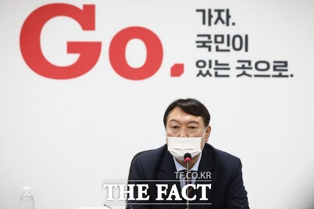 지난달 30일 국민의힘 당사에서 입당원서를 제출한 뒤 가진 기자회견에서 취재진들의 질문에 답하는 윤 전 총장. /이선화 기자