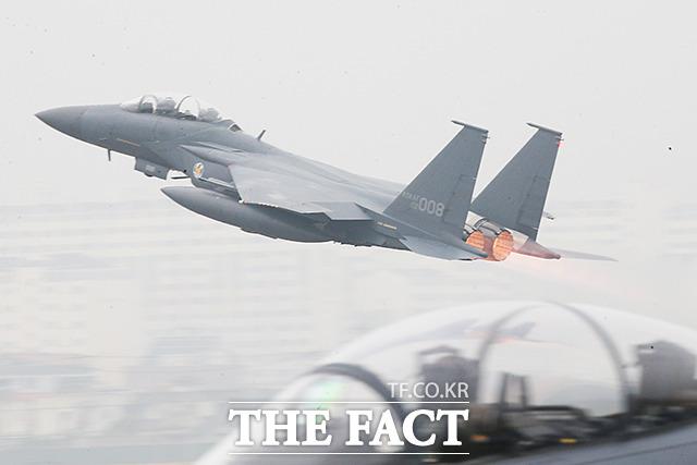 충북동지회는 북한의 지시로 스텔스 전투기 도입 반대 운동을 벌인 것으로 수사당국은 의심한다. 사진은 이륙 중인 스텔스기 F15K./더팩트DB