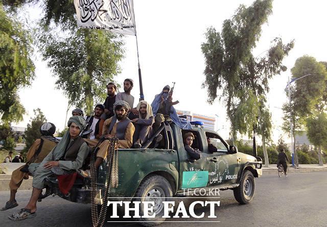 이슬람 무장단체 탈레반 조직원들이 15일(현지 시간) 아프가니스탄 간다하르를 점령한뒤 정찰을 하고 있다. /카불=AP.뉴시스