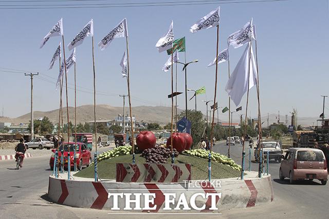 14일(현지시간) 아프가니스탄 수도 카불 남서부에 위치한 가즈니에 탈레반 기가 걸려 있다. /카불=AP.뉴시스