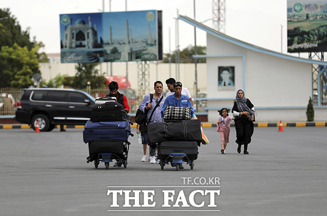 이슬람 무장단체 탈레반의 카불 진입이 임박한 13일(현지시간) 아프가니스탄 카불의 하미드 카르자이 국제공항에 시민들이 이동하고 있다. /카불=AP.뉴시스