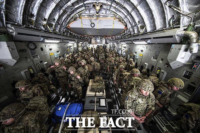 영국 공군이 15일(현지시간) 대사관 직원 대피를 위해 아프가니스탄 카불에 도착하고 있다. /카불=AP.뉴시스