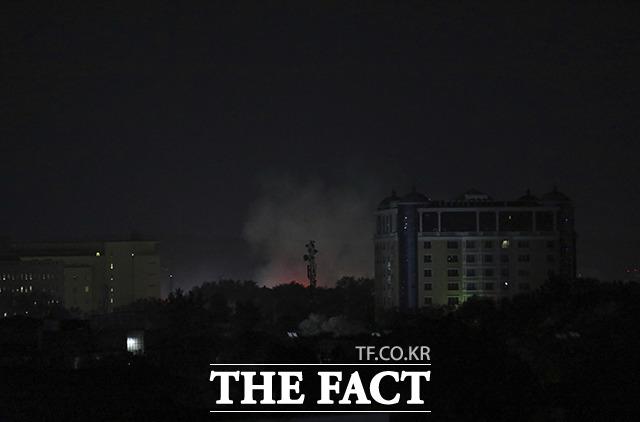 15일(현지시간) 아프가니스탄 카불에 위치한 미국 대사관 인근에서 연기가 피어오르고있다. /카불=AP.뉴시스