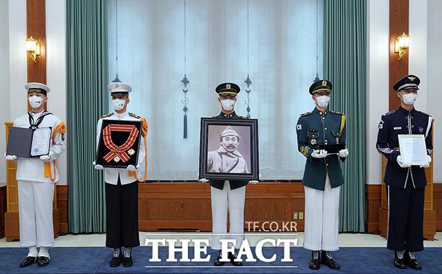 17일 청와대에서 열린 고 홍범도 장군 훈장 추서식에서 의장병들이 고 홍범도 장군 훈장과 기념물을 들고 있다.