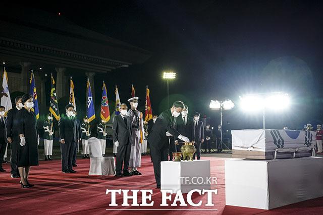 문재인 대통령이 15일 오후 서울공항에서 거행된 '홍범도 장군 유해 봉환식'