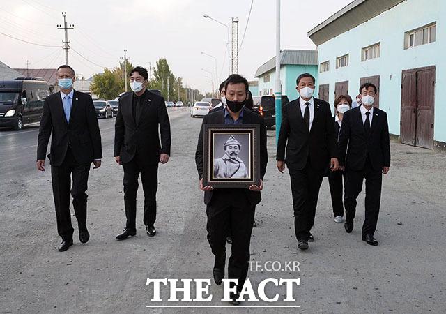홍범도 장군 유해 봉환을 위한 대통령 특별사절단과 고려인협회 관계자들이 14일 오후(현지시간) 홍범도 장군의 영정을 들고 카자흐스탄 크즐오르다 홍범도 거리를 돌아보고 있다.