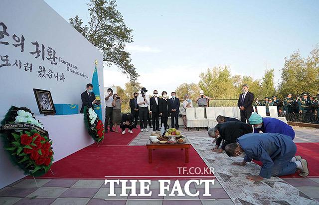 14일 오후(현지시간) 카자흐스탄 크즐오르다 홍범도 장군 묘역에서 열린 추모식에서 카자흐스탄고려인협회 관계자들이 제례의식을 진행하고 있다.