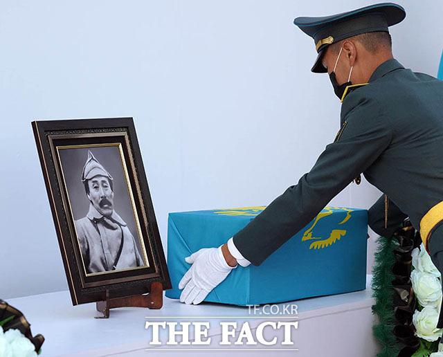 14일 오후(현지시간) 카자흐스탄 크즐오르다 홍범도 장군 묘역에서 카자흐스탄 의장대가 홍범도 장군의 유해를 제단 위에 내려놓고 있다.