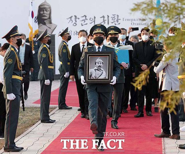 14일 오후(현지시간) 카자흐스탄 크즐오르다 홍범도 장군 묘역에서 카자흐스탄 의장대가 홍범도 장군의 유해를 운구하고 있다.