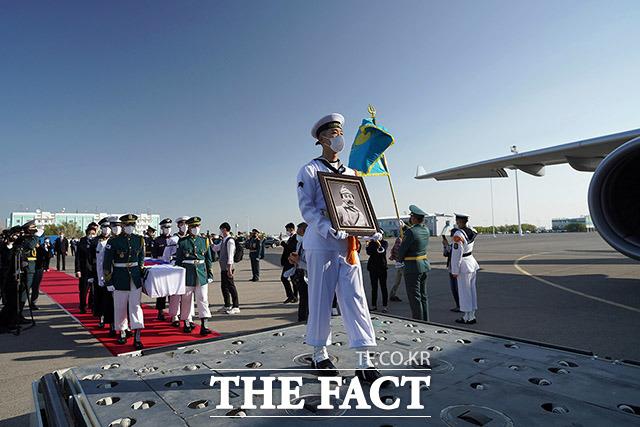 15일 오후 홍범도 장군 유해가 봉송되고 있다.