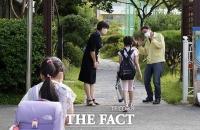 등교하는 학생들 맞이하는 조희연 교육감 [TF사진관]