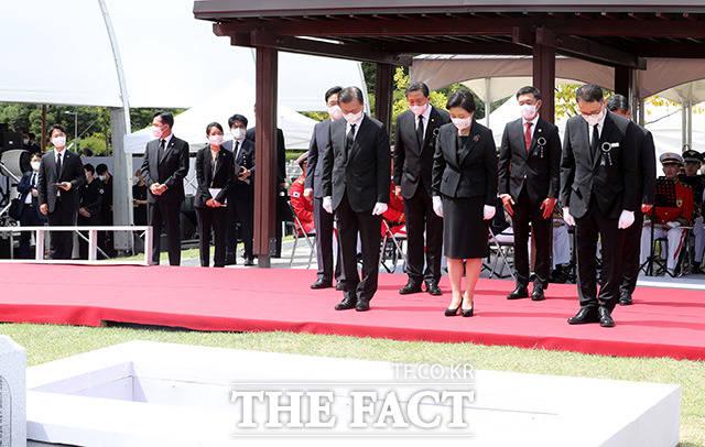 묵념하는 문 대통령과 참석자들.