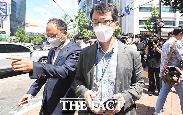 양경수 민주노총위원장에 대한 구속영장이 발부된 가운데 경찰이 18일 오후 서울 중구 정동 민주노총 입주 건물 앞에서 영장 집행이 여의치 않자, 돌아가고 있다. /이새롬 기자