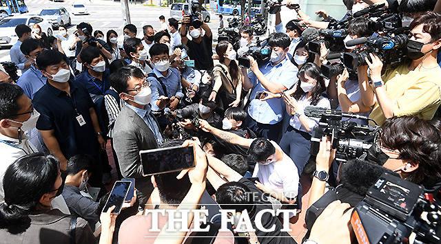 경찰이 18일 오후 양경수 위원장이 머물고 있는 서울 중구 정동 민주노총 입주 건물 앞에서 입장을 밝히고 있다.