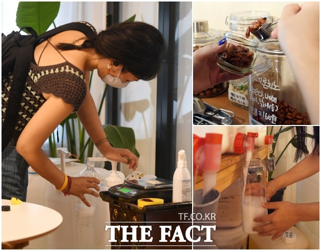 소비자들이 각자 가져온 용기에 주방 세제나 샴푸, 향신료 등을 담고 있다.