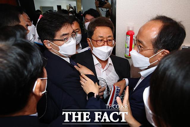 계속되는 항의에도 민주당이 처리를 강행하자, 회의장 안으로 진입을 시도하는 국민의힘 의원들.